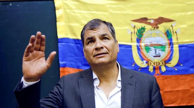 El expresidente de Ecuador Rafael Correa, mientras saluda a su llegada a un acto en España el pasado mes de julio