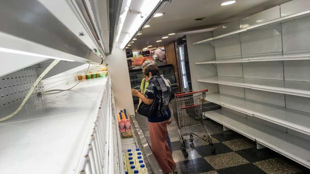 Mujeres buscan productor en un supermercado de Caracas el pasado septiembre