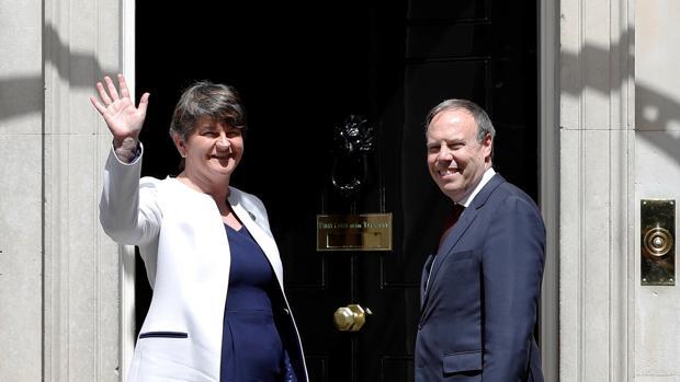 La líder del Partido Unionista Democrático (DUP), Arlene Foster, y el líder adjunto Nigel Dodds