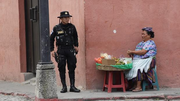Un policía presta guardia este miércoles en Antigua Guatemala, donde se celebra la Cumbre Iberoamericana