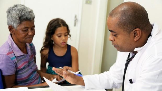 Un médico cubano atiende a una familia brasileña