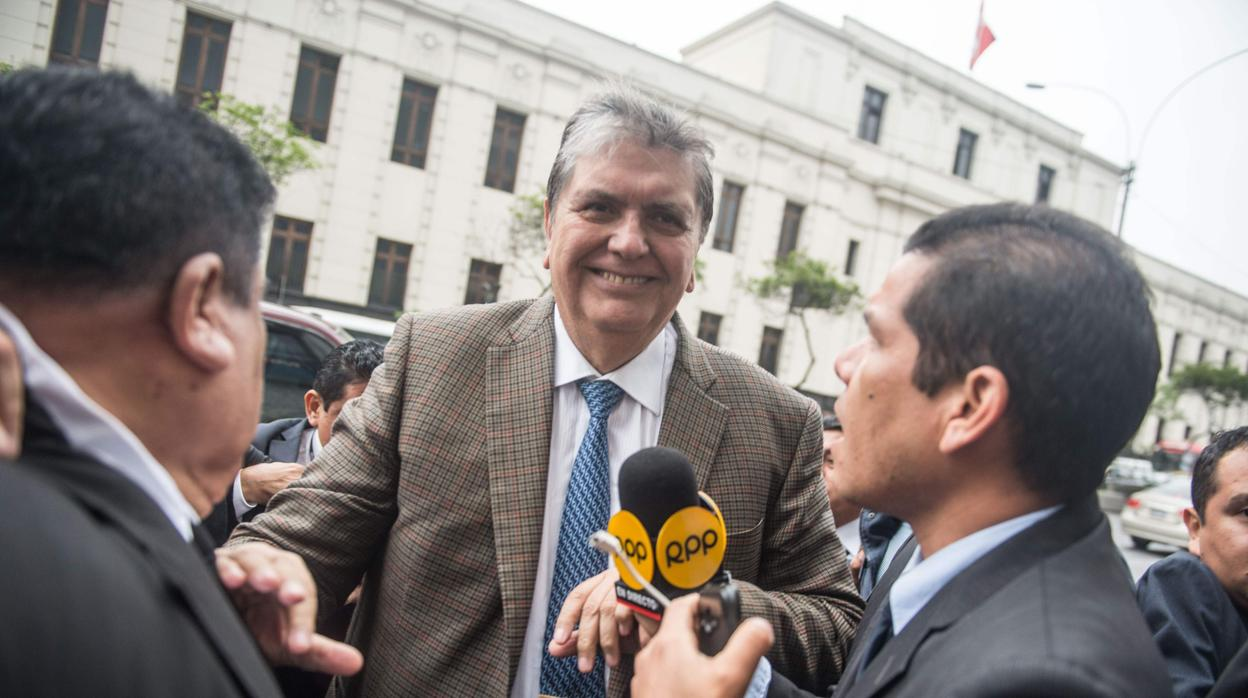 Un juzgado de Perú prohíbe la salida del país al expresidente García por 18 meses
