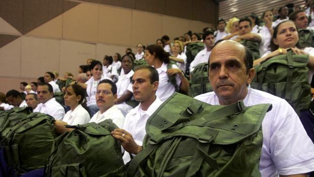 Médicos cubanos asisten a un acto en La Habana