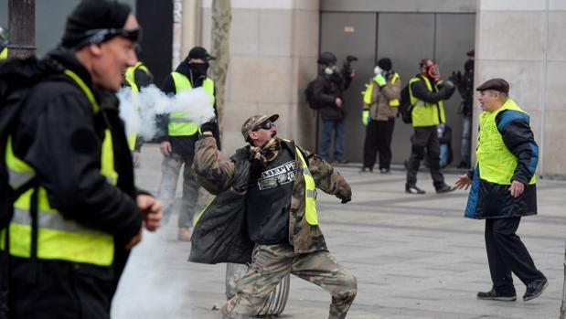 Tensión entre las fuerzas del orden francesas y los «chalecos amarillos»
