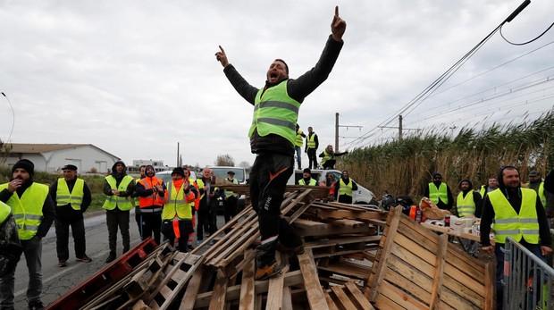 Manifestantes vestidos con chalecos amarillos bloquean el acceso a la refineria de Frontignan, al sur de Francia