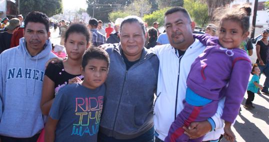 Elizabeth y Ricardo, con su familia en Tijuana