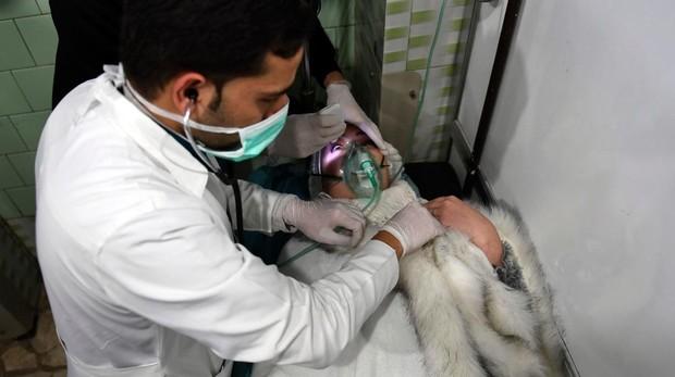 Una mujer siria recibe tratamiento en un hospital de Alepo