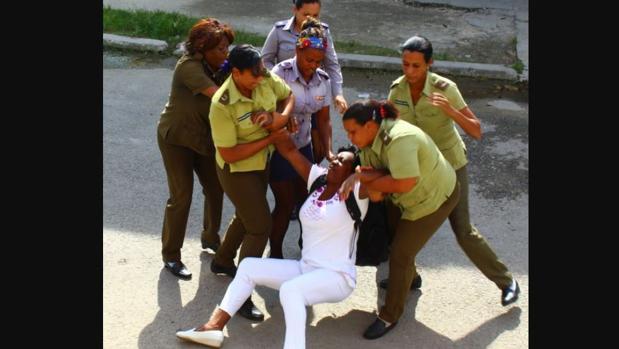 Berta Soler, en uno de los arrestos por las fuerzas de seguridad de Cuba - ABC