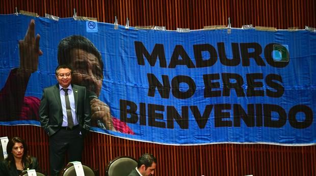 Pancarta contra Maduro colocada en el interior del Palacio Legislativo de San Lázaro