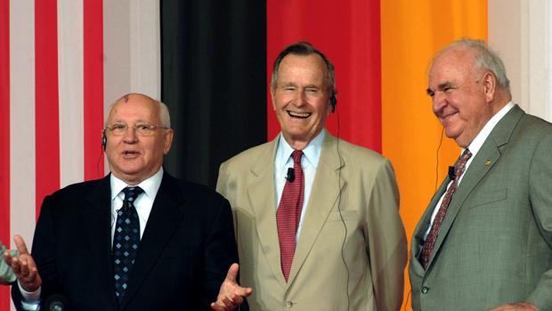 La foto tomada el 17 de junio de 2005 muestra al ex presidente de los Estados Unidos George Bush (C) flanqueado por el ex líder soviético Mikhail Gorbachev (L) y al ex canciller alemán Helmut Kohl