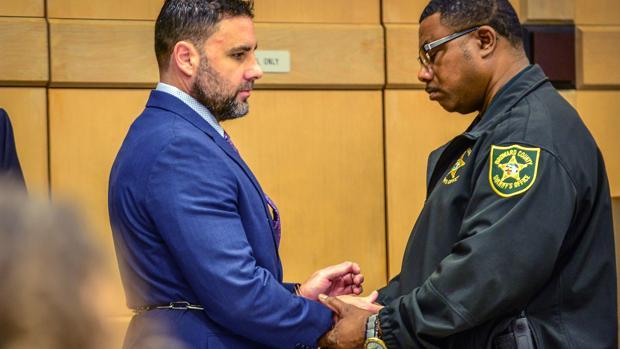 Un agente quita las esposas a Pablo Ibar a su llegada al tribunal del condado Broward (Florida) el pasado lunes