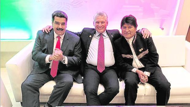 Maduro colgó esta imagen en Twitter junto a los presidentes Díaz-Canel y Morales, tras la investidura de AMLO: «Hermanos de la patria grande en la toma de protesta (posesión) de @lópezobrador, quien hoy escribe una página brillante en la historia de nuestros pueblos que luchan por la autodeterminación y la unidad latinoamericana»
