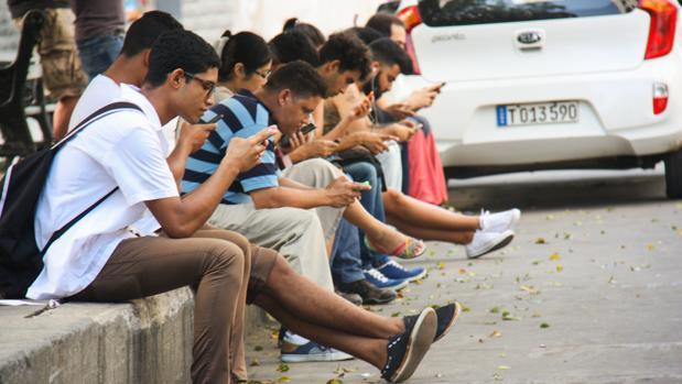 Ciudadanos navegan por internet en uno de los puntos con acceso en La Habana, en una imagen de 2016