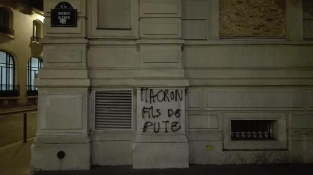 Una pintada insultante contra el presidente de Francia, Emmanuel Macron, al lado del Arco del Triunfo
