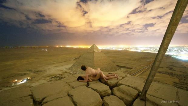 El polémico video de la pareja escalando las pirámides de Egipto