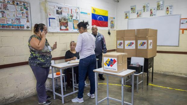 Ciudadanos votan en las elecciones de concejales hoy en Caracas