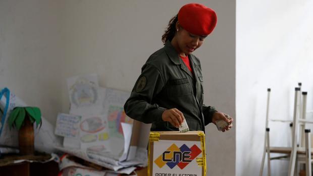 Una soldado vota durante la jornada electoral municipal del 9 de diciembre en Venezuela