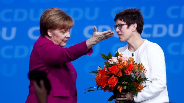 Angela Merkel y Annegret Kramp-Karrenbauer después de ser electa como la nueva presidente del partido
