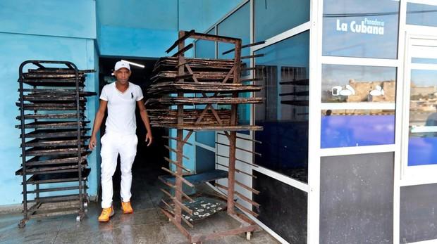 Un trabajador en una panadería, en La Habana