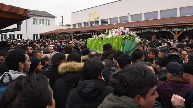El féretro de unas de las víctiams es llevado por familiares este viernes en Estrasburgo