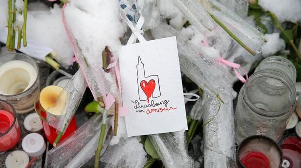 Altar improvisado en memoria de las víctimas del atentado en Estrasburgo