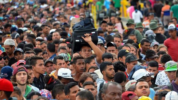 Miles de venezolanos cruzan a diario el puente Simon Bolivar, paso fronterizo con Colombia