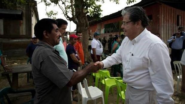 Trujillo saluda a un inmigrante en la frontera con Venezuela, donde se realizó la entrevista