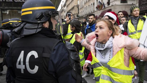 Una mujer grita a un Policía antidisturbios en Francia