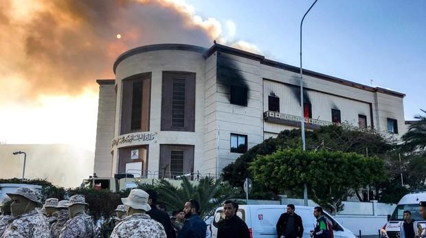Oficiales de seguridad en el Ministerio de Relaciones Exteriores de Libia