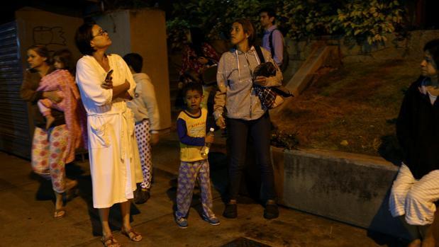 Varias personas salen a la calle luego de sentir el terremoto en Caracas