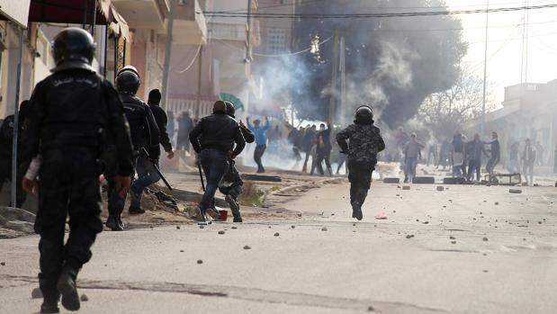 Policías y manifestantes se enfrentan en las protestas en Kasserine
