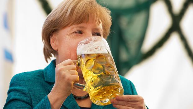 La canciller alemana Angela Merkel bebe una refrescante cerveza en una foto de archivo