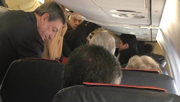 Mario Draghi se acomoda entre el pasaje de la clase turista para un vuelo