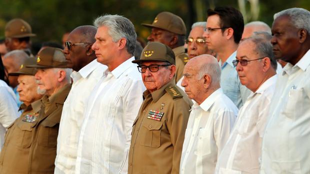 Miguel Díaz-Canel, junto a Raúl Castro y rodeado de otros jerarcas del régimen en un acto en Santiago de Cuba por el 60 aniversario de la revolución