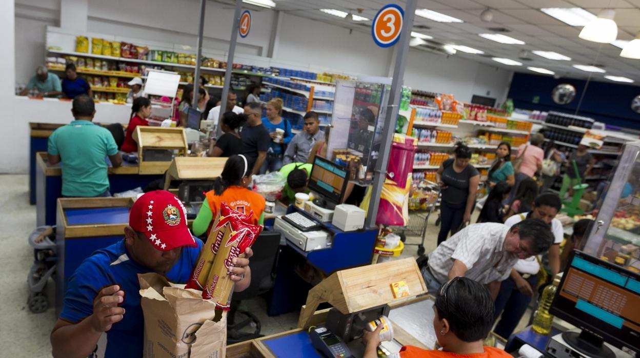 El uso de billetes de dólares se extiende a las compras diarias de los venezolanos