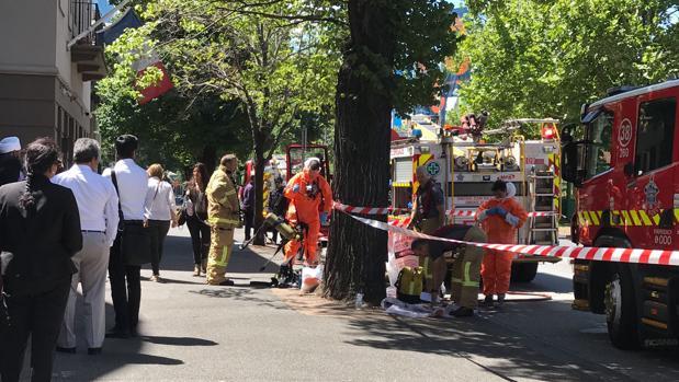 Los equipos de bomberos y materiales peligrosos trabajan fuera de los consulados de India y Francia