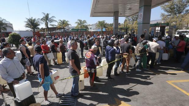 Cientos de personas esperan hoy su turno para lograr obtener unos litros de gasolina en la ciudad de Morelia, en el estado de Jalisco