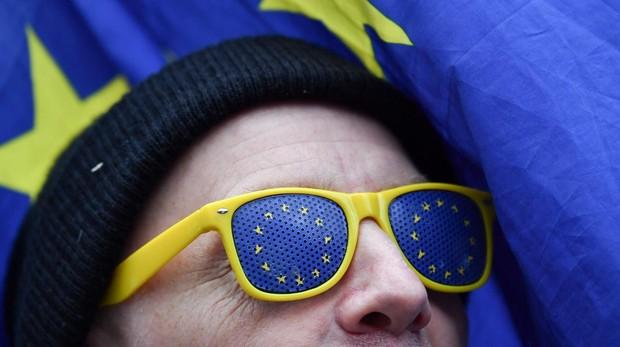 Un manifestante contrario al Brexit, con unas gafas de la Unión Europea