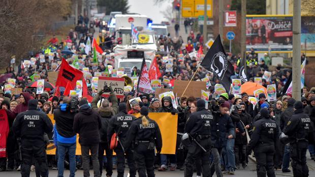 Manifestantes en Riesa contra el congreso del AfD que se celebra en esa localidad alemana