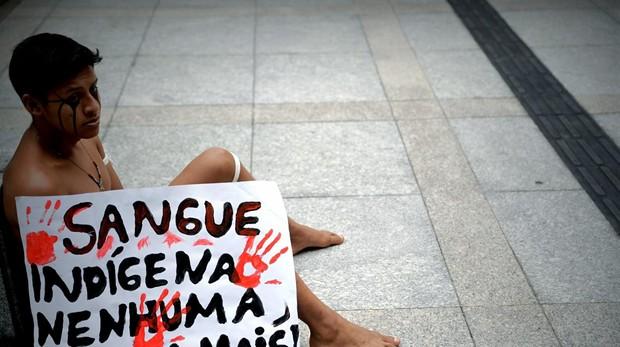 Indígenas de la etnia Guaraní, este viernes frente a la sede de la Fiscalía en Sao Paulo
