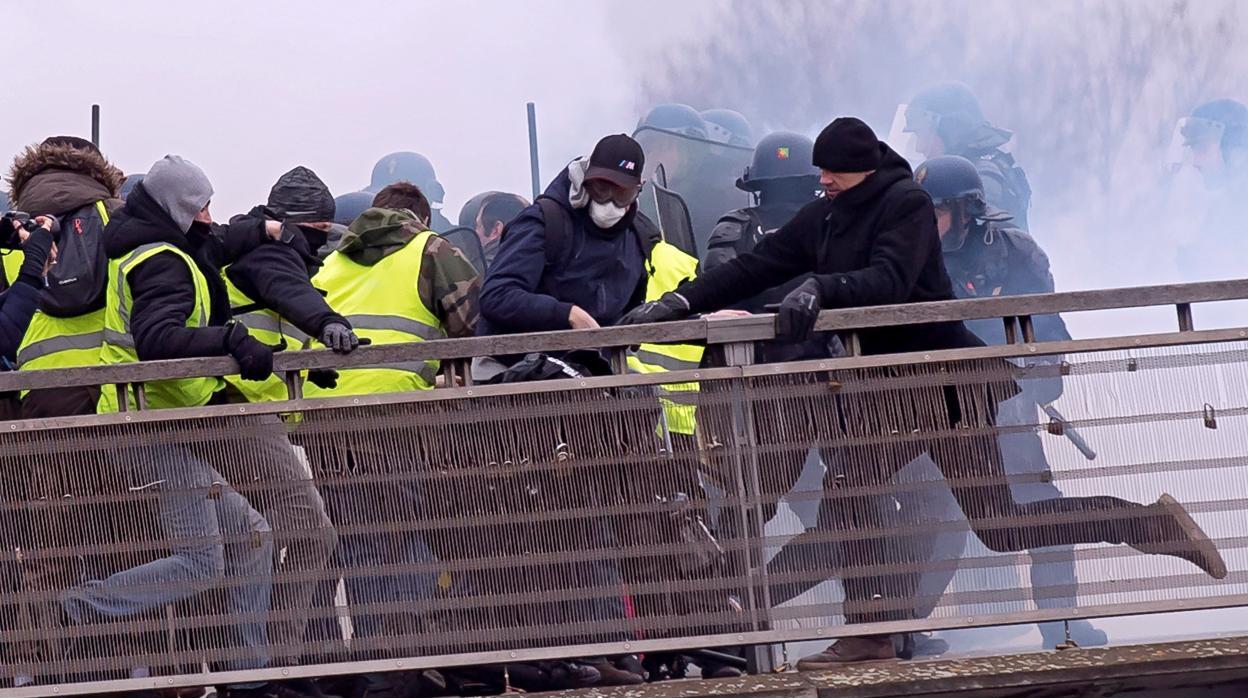 Macron llama al debate al pueblo francés en una carta para resolver la crisis de los chalecos amarillos