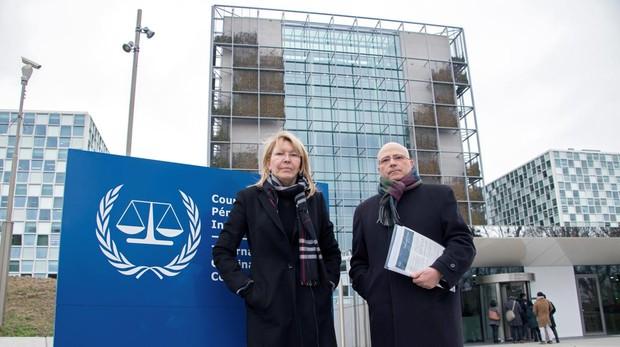 La exfiscal Luisa Ortega y el abogado español, Jesús Imbroda, ante la sede de la Corte Penal Internacional, en La Haya