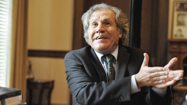 Luis Almagro, en su despacho en la OEA, durante una entrevista con ABC en 2016