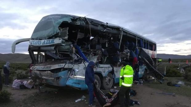 Fotografía cedida por la Policía Departamental de Oruro del rescate de víctimas tras el accidente