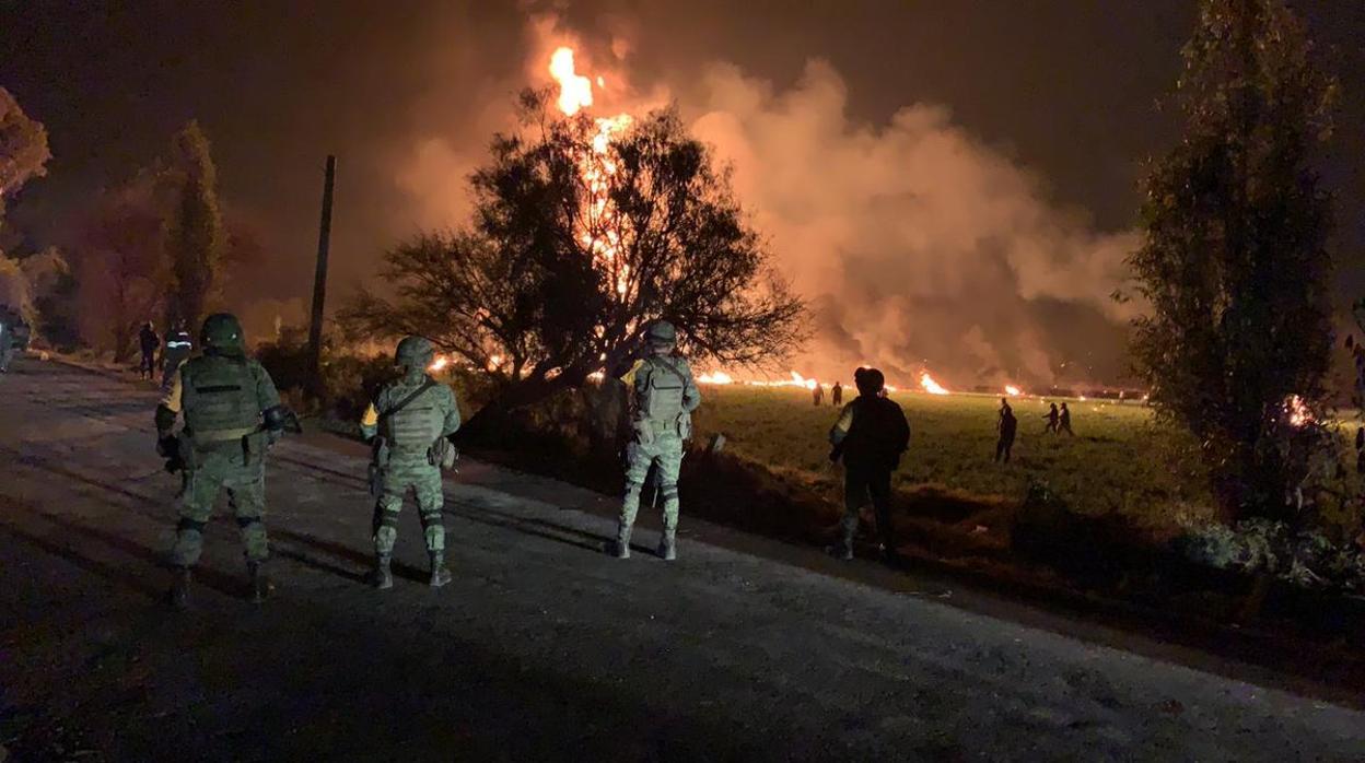 Una explosión durante una toma clandestina de combustible en México causa 20 muertos y 60 heridos