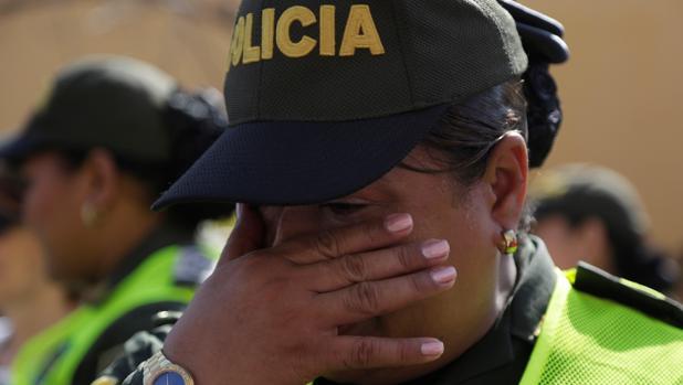 Una integrante de la Policía de Colombia llora durante un acto de rechazo al terrorismo este domingo en Cartagena