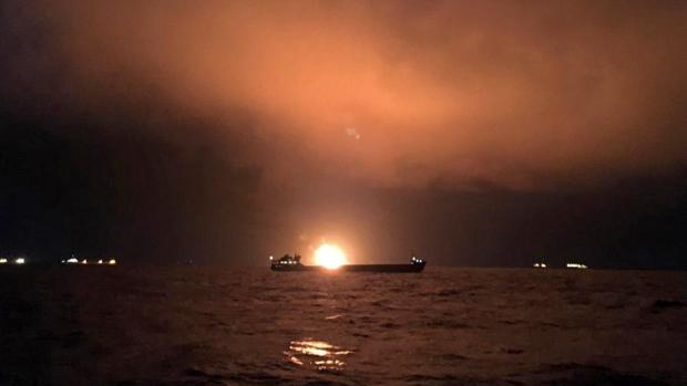 magen que muestra a uno de los dos barcos en llamas en el Estrecho de Kerch, este lunes entre la frontera de Crimea y Rusia