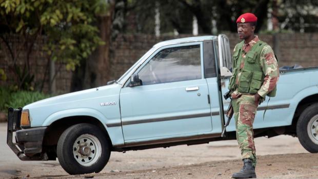 Soldados armados patrullan una calle este lunes en Harare, Zimbabue