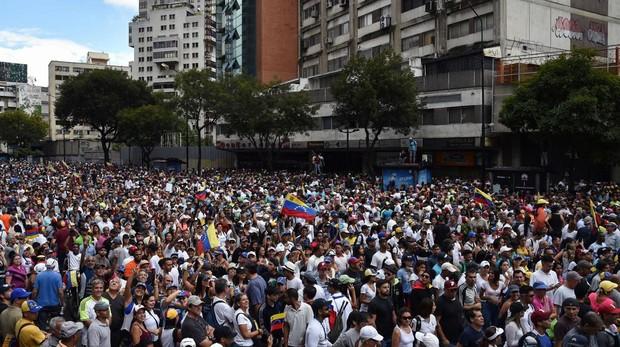 Cientos de miles de personas salieron a las calles de Caracas ayer para apoyar la juramentación de Juan Guaidó como presidente de Venezuela