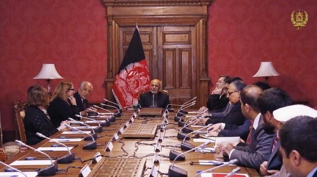 El presidente afgano, Ashraf Ghani , charla con el representante de EE.UU., Zalmay Khalilzad